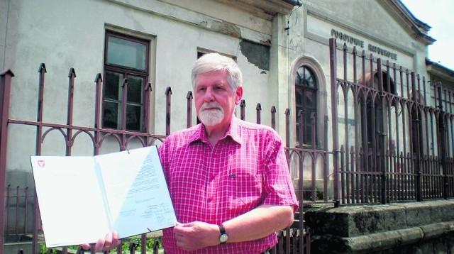 Stanisław Kobiela, prezes Stowarzyszenia Bochniaków i Miłośników Ziemi Bocheńskiej, prezentuje apel do radnych