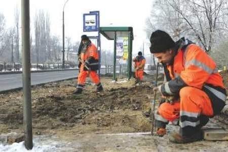 W Sosnowcu prace są na ukończeniu. Wiesław Porc, Wiesław Szatan i Włodzimierz Firek kończą remont przystanku  przy ul. 1 Maja.