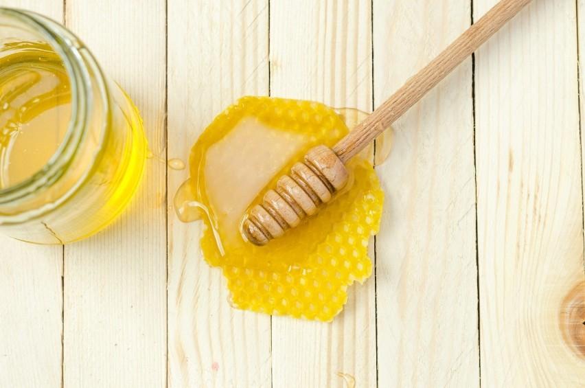 Powstaje ze nektaru zbieranego przez pszczoły z kwiatów...