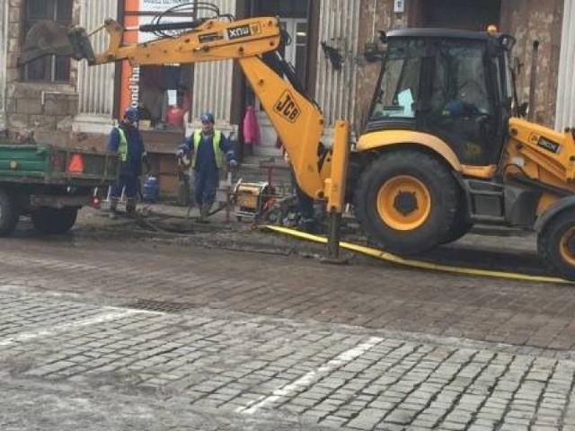 Usuwanie awarii sieci wodociągowej w centrum miasta wymagało wielu godzin pracy ekipy ZWiK