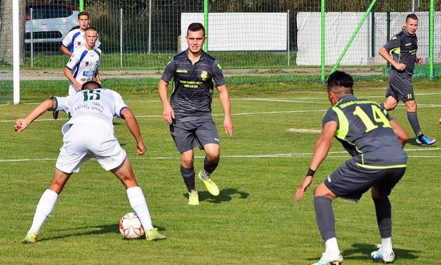 Iskra Szydłowo wywalczyła w końcówce trudnego meczu z GKS Dopiewo cenne trzy punkty i wciąż jest w czołówce IV ligi