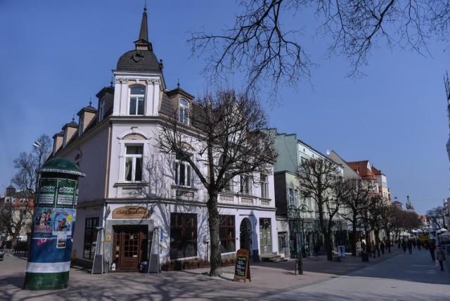 Większość wynajmowanych mieszkań w Sopocie znajduje się w budynkach wielorodzinnych, często zamieszkiwanych przez osoby starsze, które obawiają się o swoje zdrowie