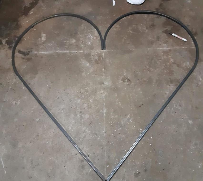 Pierwsze w Bytowie serce na nakrętki stoi na podwórku Orlikowskich. Trwa zbiórka dla Karolinki (zdjęcia)