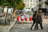 Przeciągające się prace drogowe w Śródmieściu utrudniają życie mieszkańcom Bydgoszczy [zdjęcia]
