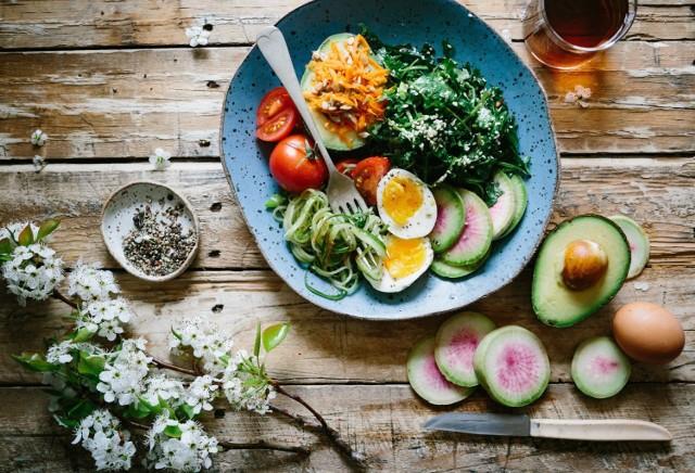 Ilu ludzi, tyle stylów żywienia? Niekoniecznie, ale jednak trzeba przyznać, że diet żywieniowych, które często wiążą się także z określonym stylem życia jest całkiem sporo, a wiele z nich bazuje na całkowitym lub częściowym wykluczeniu z diety mięsa. Wegetarianizm i weganizm? Nuda! Naliczyliśmy 15 sposobów (przynajmniej częściowo) bezmięsnego żywienia. Kto da więcej?