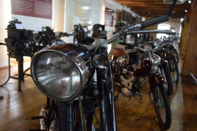 """Wystawa motocykli """"Wspaniałe czterdziestoletnie"""" w Muzeum Historii Przemysłu w Opatówku"""
