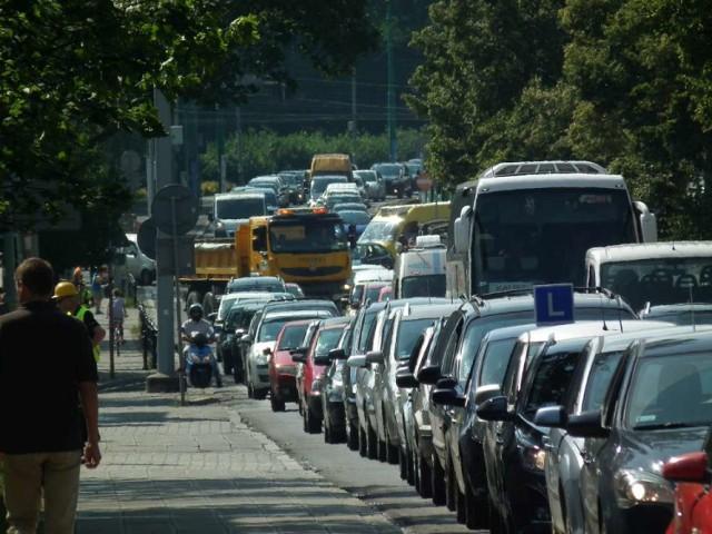 Korek zaczyna się tuż przed skrzyżowaniem ulic Dąbrowskiego, Słupskiej i Wichrowej. Dalej ciągnie się wzdłuż ulicy Wichrowej aż do ul. Rzemieślniczej.