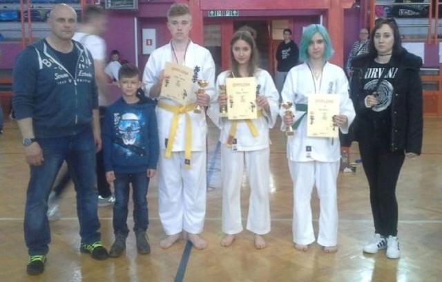 Drużyna Buskiego Klubu Karate Kyokushin, pod batutą trenera Roberta Hornika, z nagrodami za  sobotni turniej w Sandomierzu.
