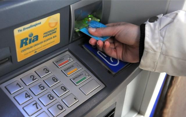 Mężczyzna zgubił portfel z kartą i... PIN-em. Stracił pieniądze