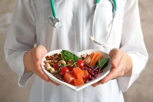 Choroby układu sercowo-naczyniowego i ich powikłania w postaci zawałów i wylewów są wiodącą przyczyną zgonów w naszym kraju. Tymczasem o ich profilaktykę można dbać na co dzień za pomocą odpowiednich działań i produktów spożywczych.   Sprawdź, co robić, by obniżyć ryzyko rozwoju chorób serca – i w jakim stopniu można zmniejszyć to zagrożenie!   Zobacz kolejne slajdy, przesuwając zdjęcia w prawo, naciśnij strzałkę lub przycisk NASTĘPNE.