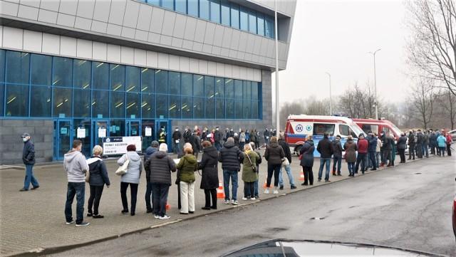W hali MOSiR w Olkuszu można dziennie zaszczepić nawet 700 osób. Zobaczcie, jak przebiegała akcja szczepień pierwszego dnia