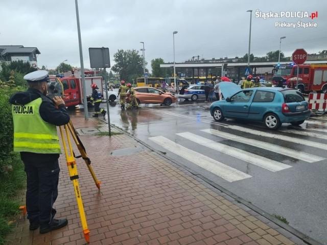 Wypadek w pobliżu dworca autobusowego w Piekarach Śląskich. Dwie osoby trafiły do szpitala