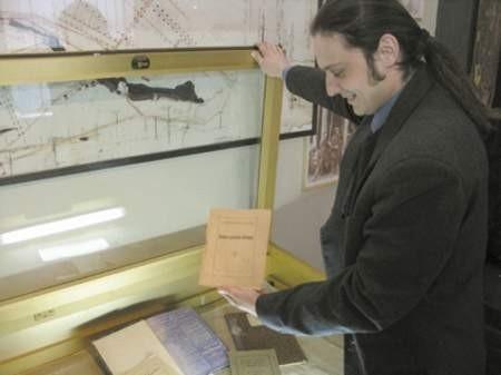 Arkadiusz Rybak, kustosz wzbogaconej wystawy, pokazuje  nowe dokumenty o rozwoju przemysłu w Zagłębiu.