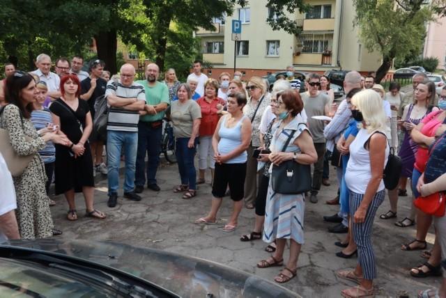 Mieszkańcy Bałut protestują przeciw planom budowy siedmiu bloków i wieżowca na terenie byłego Gimnazjum nr 10 przy ul. Harcerskiej 8/10.
