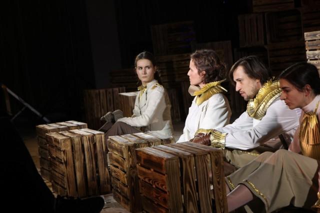 """""""Opowiemy wam sztukę o tym, czym jest dom... Opowiemy wam sztukę i będziemy szczęśliwi, jeśli ktoś weźmie jej kawałek do swojego domu""""/ fot. ze spektaklu """"Mazagan.Miasto"""", materiały Krakowskiego Festiwalu Żydowskiego Teatru"""