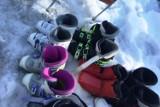 Pastor ze Szczyrku rozdaje buty narciarskie. Każdy może przymierzyć i zabrać