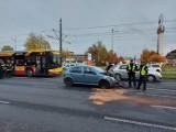 Środa na łódzkich drogach. Wypadek trzech aut na al. Piłsudskiego, samochód na dachu na ul. Kopcińskiego