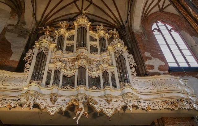 Po 75 latach powraca na swoje dawne miejsce w zrekonstruowanej formie jeden z najświetniejszych instrumentów osiemnastowiecznej Europy, którego nowoczesne rozwiązania technologiczne były w tamtym czasie przez znawców stawiane za wzór dla innych instrumentów. Twórcą 30-głosowych organów był Johann Rhode. Z kolei snycerka i oprawa rzeźbiarska to dzieło mistrza Johana Meissnera, jednego z najwybitniejszych rzeźbiarzy działających nad Bałtykiem