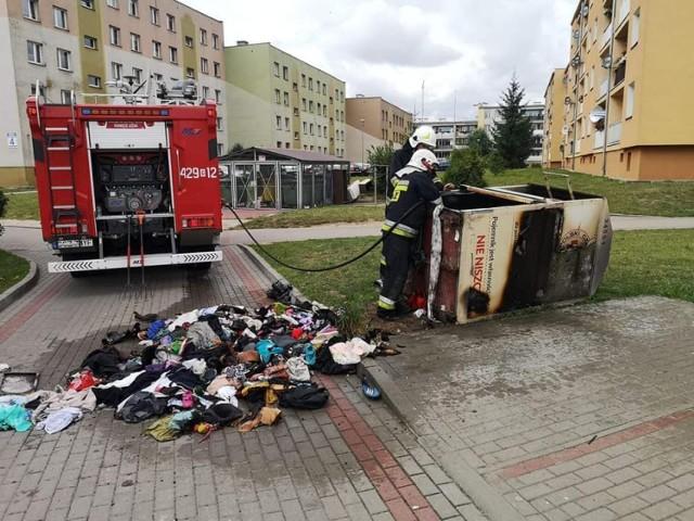 W czwartek ochotnicy z Debrzna gasili pożar kontenera z odzieżą przy ul. Przechodniej