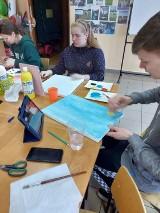 Zajęcia z malarstwa. Uczestnicy poznawali sylwetki malarzy i malowali własne obrazy