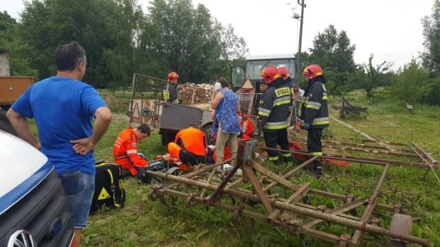 W Starogrodzie młoda kobieta ma zmiażdżone nogi. W Błachcie ratowano chłopca, którego przygniotła maszyna.