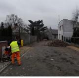 Przebudowują ul. Polną w centrum Koźmina Wlkp. Ulica zyska nową nawierzchnię z kostki brukowej! [FOTO]