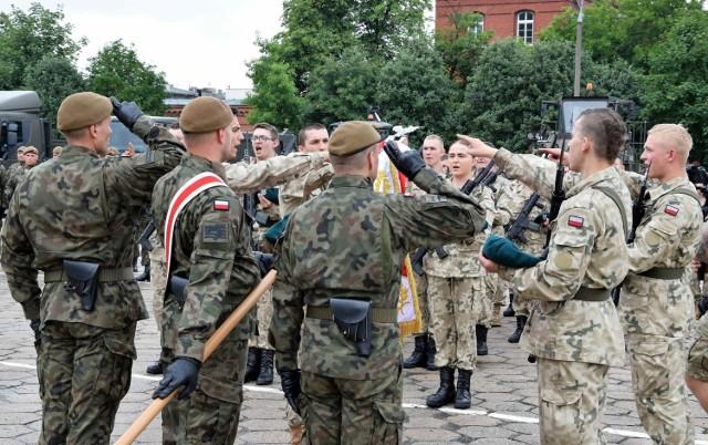 W koszarach przy ul. Dworcowej w Inowrocławiu przysięgę wojskową po odbyciu skróconej służby przygotowawczej złożyło 55 absolwentów certyfikowanych klas mundurowych