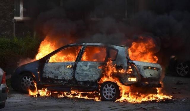 Palące się w Kozłowie auto spłonęło doszczętnie. Straty oszacowano na 3 tys. zł
