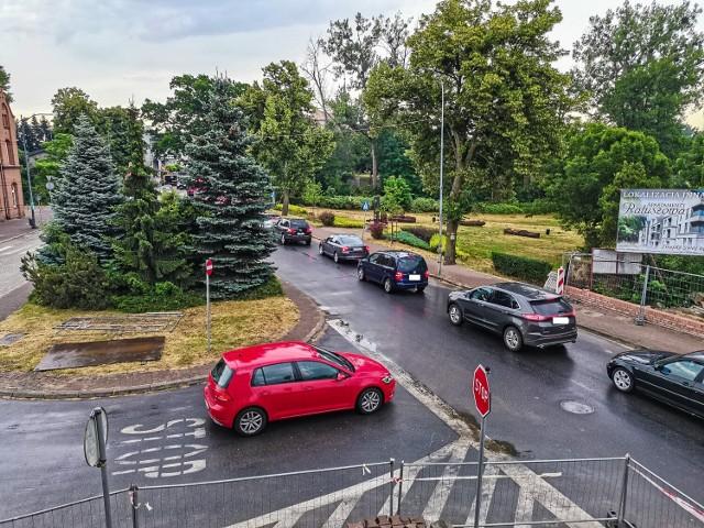 W związku z wprowadzeniem ruchu wahadłowego na Dworcowej, kolejki aut ciągną się już od ulicy Ratuszowej