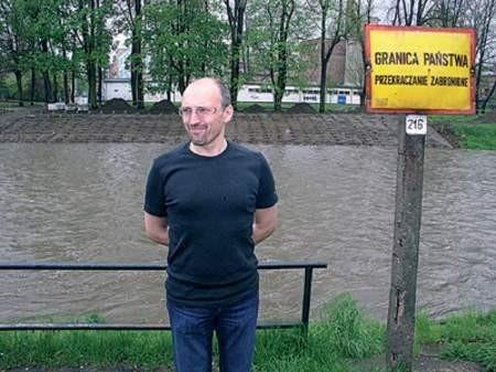 Leszek Wronka w miejscu, gdzie stanie scena. W tle brzeg Olzy w Czeskim Cieszynie, gdzie trwa już budowa widowni. zdjęcia: Wojciech Trzcionka