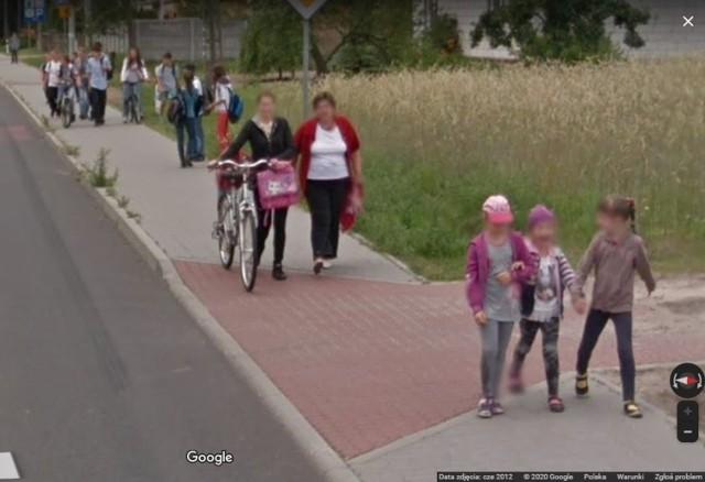 """Być może to ciebie """"upolowała"""" kamera Google Street View w Dąbrowie Biskupiej. Sprawdź"""