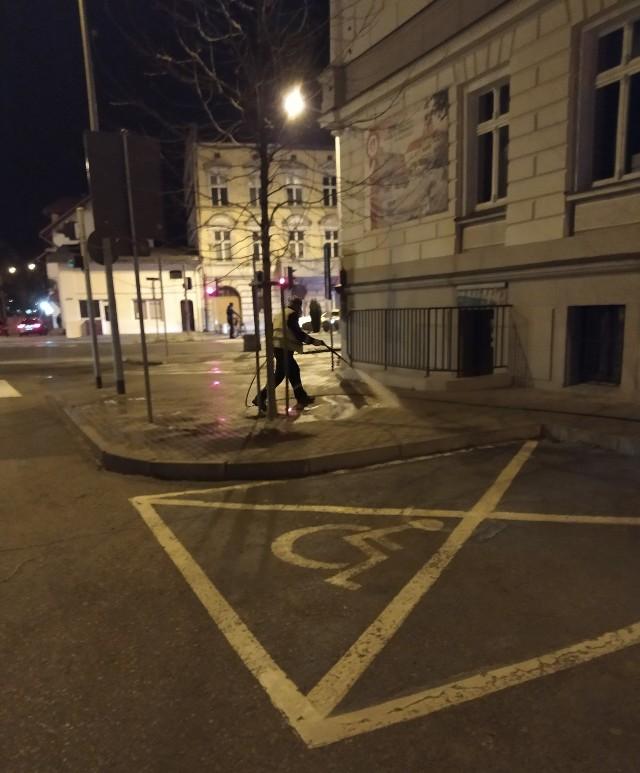 Tak jak zapowiadał Urząd Miejski w Brodnicy, wczoraj (9.04.) wieczorem rozpoczęto odkażanie chodników na terenie miasta, m.in. przed urzędem miejskim. Ma to wspomóc walkę z epidemią koronawirusa