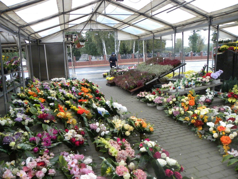 Wszystkich Swietych 2020 Piekne Wiazanki I Modne Znicze Przed Cmentarzem Tynieckim W Kaliszu Zdjecia Kalisz Nasze Miasto