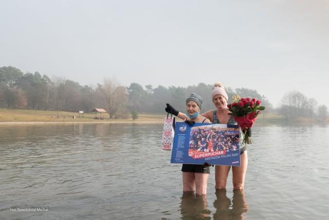 Pani Krystyna Galara 94. urodziny uczciła kąpielą w Dębowej. W akwenie tym morsy z Kędzierzyna-Koźla świętowały też nadejście 2021 roku.