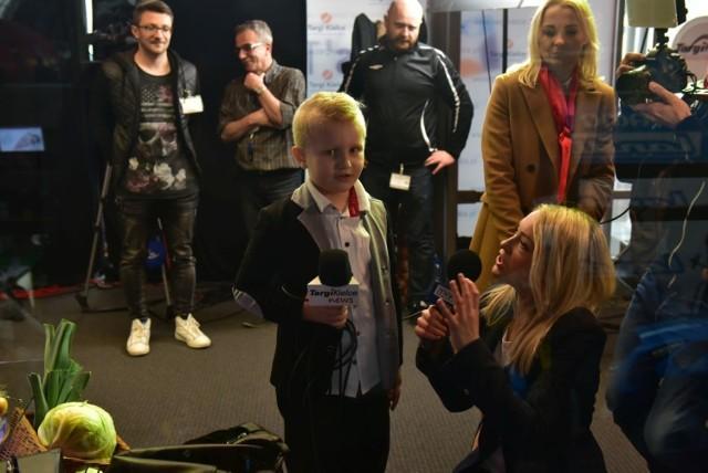Krzyś Klepacz udziela wywiadu dziennikarce TVP3 Kielce Marlenie Wojnowskiej podczas targów Agrotech.