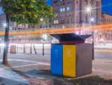 Na placu Konstytucji stanął pierwszy w Warszawie kosz, który podpowiada, jak segregować śmieci