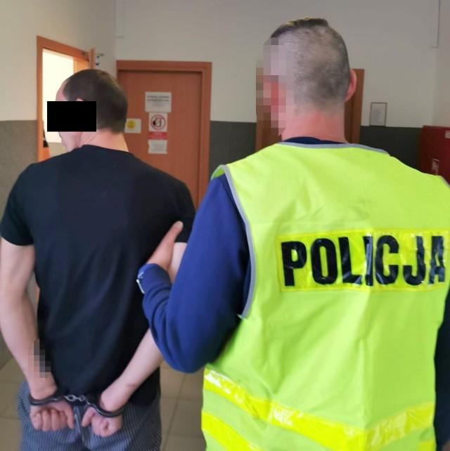 Poszukiwany mieszkaniec Torunia najbliższe miesiące spędzi za kratami zakładu karnego i nie wykluczone, że nowe zarzuty wydłużą mu pobyt w więzieniu.