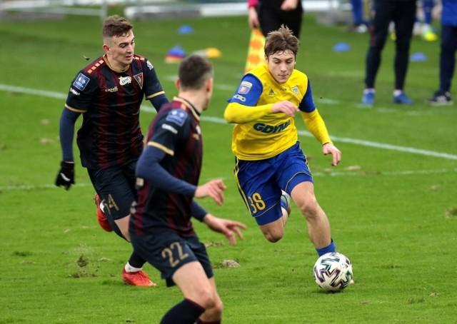 Piłkarze Arki Gdynia grają sparingi i trenują, aby jak najlepiej przygotować się do rundy rewanżowej w Fortuna 1. Lidze.