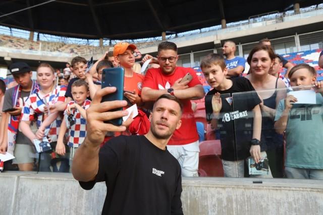 Łukasz Podolski na spotkaniu z kibicami Górnika Zabrze rozdawał autografy i pozował do zdjęć  Zobacz kolejne zdjęcia. Przesuwaj zdjęcia w prawo - naciśnij strzałkę lub przycisk NASTĘPNE