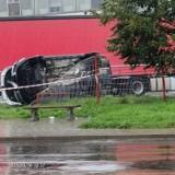 Nowy Sącz. Wypadek na ul. Jana Pawła II. Auto osobowe przebiło ogrodzenie i zatrzymało sięna ciężarówce [ZDJĘCIA]