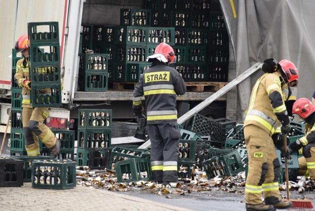 Na rondzie Kradziejówka w Żorach doszło do nietypowego zdarzenia z udziałem ciężarówki wypełnionej skrzynkami piwa