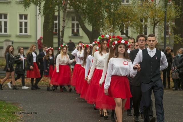 Uczniowie z LO im. K.K. Baczyńskiego w Nowej Soli świętowali 100-lecie odzyskania przez Polskę niepodległości. I to jeszcze jak! W piątek, 9 listopada spotkali się odświętnie ubrani przed swoją szkołą. Najpierw o 11.11 wszyscy zaśpiewali hymn Polski, a następnie 100 par zatańczyło poloneza. Mieszkańcy nie kryli zachwytu i podziwu dla wszystkich uczniów. Zobaczcie, jak było! W galerii prezentujemy zdjęcia autorstwa Jerzego Malickiego.       Zobacz również: Szkoła w Przyborowie nosi imię sławnego piłkarza [ZDJĘCIA]
