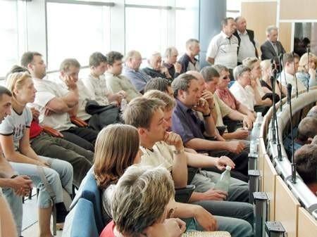 Zwolnieni pracownicy Spółdzielni Kółek Rolniczych i ich rodziny tłumnie przyszli na sesję rady.  zdjęcia: marcin twaróg