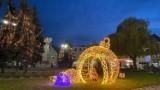 Rynek w Górze mieni się już świątecznym blaskiem. Zobaczcie, jak pięknie wygląda plac Bolesława Chrobrego w tej odsłonie [ZDJĘCIA]