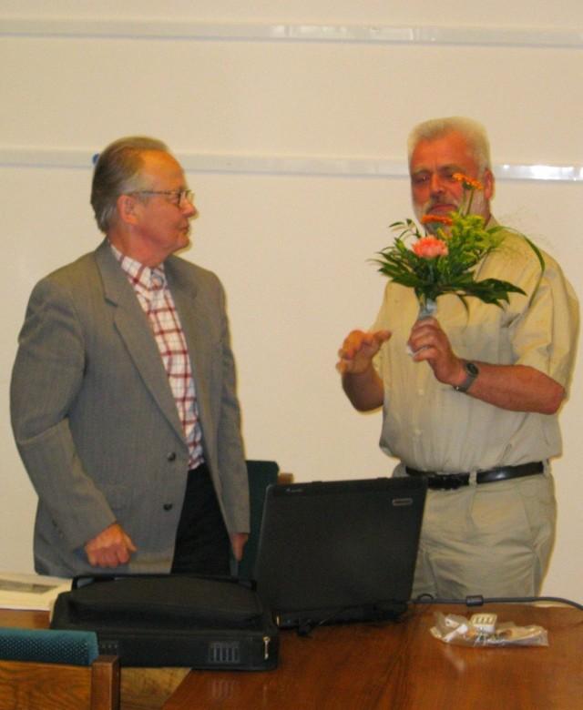 Peter Fritsch (z prawej) wręcza kwiaty Eckardowi Reißowi.