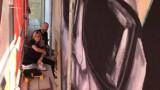 Pleszew. Mural z Marianem Boguszem w roli głównej. Mieszkańcy bacznie przyglądają się postępowi prac