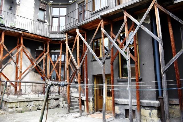 Podwórko kamienicy przy ul. Batorego 44 szpecą drewniane podpory, zabezpieczające  górne balkony