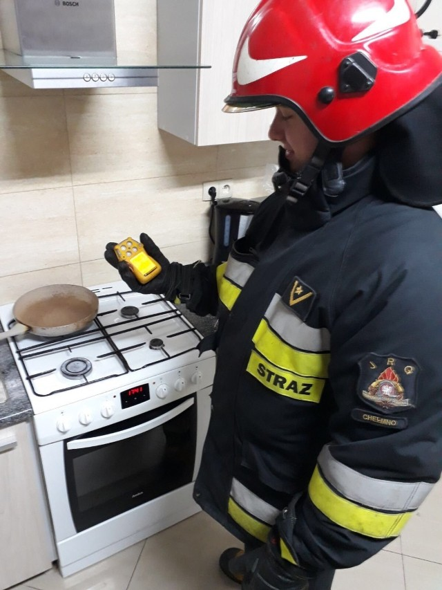 Z detektorem tlenku węgla młodszy aspirant Radosław Szeffs z KP PSP w Chełmnie