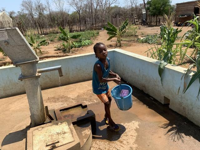 Misokitsy - studnia tuż po wybudowaniu na piaszczystej ziemi i kilka miesięcy później z zielonymi uprawami warzyw