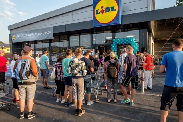 """Lidl zaznacza, że prowadzi transparentną politykę wynagradzania oraz otwarcie komunikuje, jak kształtuje się lista płac i jak rosną zarobki wraz ze stażem pracy.   W raporcie zastrzeżono: """"Dzięki takiemu podejściu potencjalni i obecni pracownicy mogą zaplanować swoją przyszłość, porównując ofertę rynkową z konkurencyjnym wynagrodzeniem oferowanym przez Lidl Polska""""."""